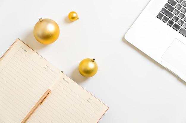 Obiettivi di vita di progettazione della palla dorata di risoluzione del nuovo anno della scrittura bianca del blocco note del fondo