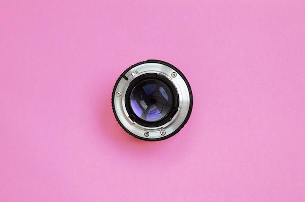 Obiettivo della fotocamera con una bugia di apertura chiusa sullo sfondo della trama