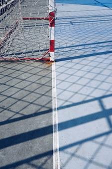 Obiettivo di calcio e rete della corda nel campo nella via