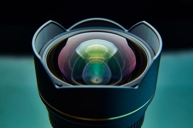 Obiettivo fotografico con un primo piano misto