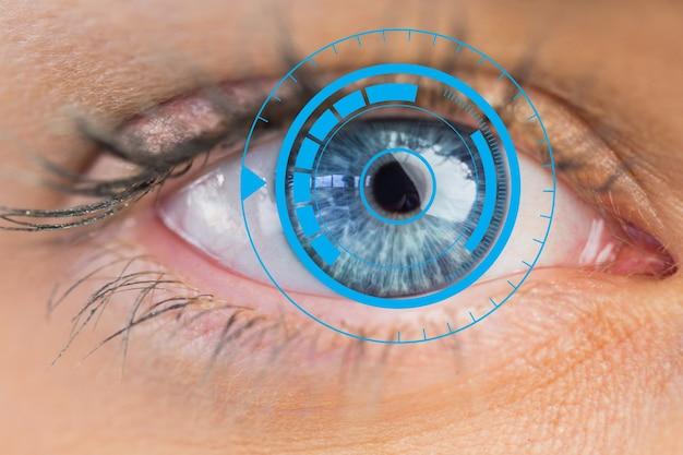 Occhi azzurri splendidi vicino computer tech