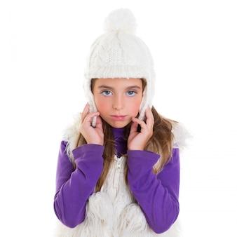 Occhi blu bambina bambino con pelliccia bianca invernale