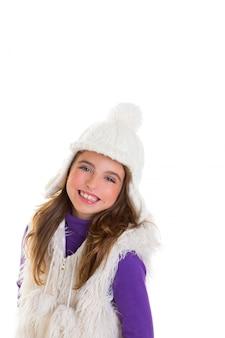 Occhi blu bambino felice bambina con berretto invernale bianco