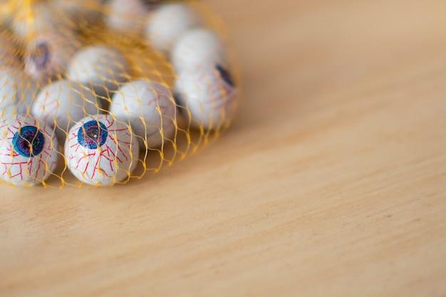 Occhi di halloween, con vene, all'interno di una rete, su legno