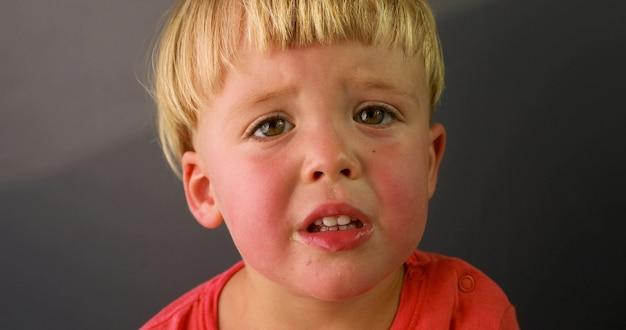 Occhi lamentosi del bambino emotivo del ritratto