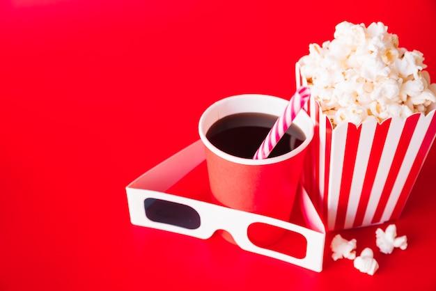 Occhiali 3d con un menu del cinema