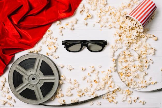Occhiali 3d e popcorn con la bobina