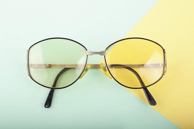 Occhiali da lettura retrò alla moda, primo piano con gli occhiali alla moda di marca