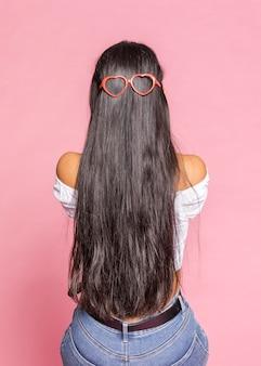 Occhiali da sole a forma di cuore e capelli lunghi
