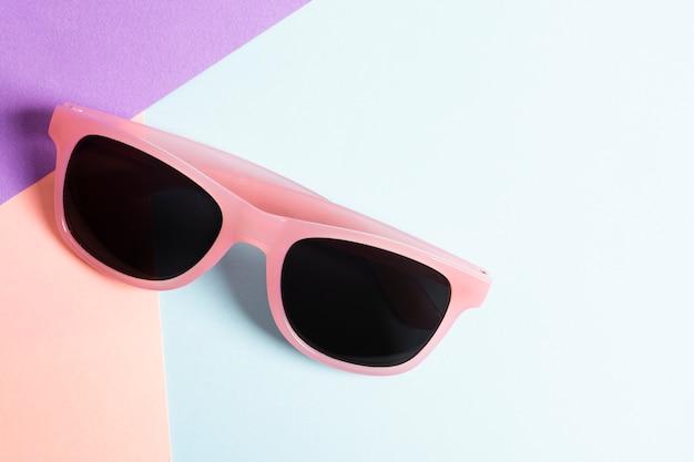 Occhiali da sole colorati primo piano su un tavolo