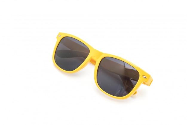 Occhiali da sole gialli su sfondo bianco