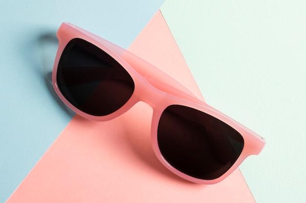 Occhiali da sole in plastica colorati di primo piano