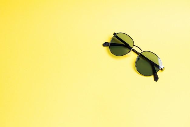 Occhiali da sole su giallo