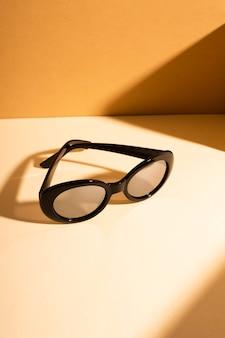 Occhiali da sole vintage close-up con ombra