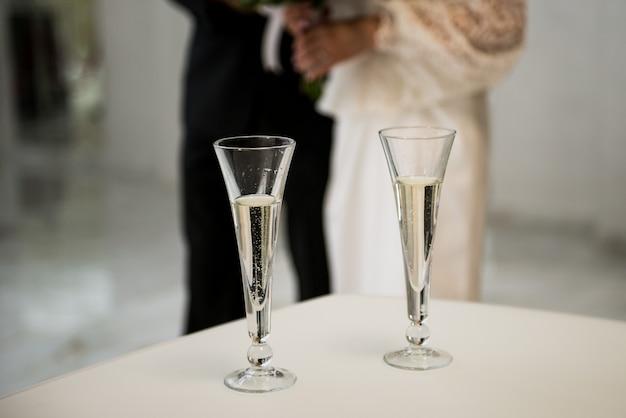 Occhiali da sposa. champagne bevente dello sposo e della sposa alla festa nuziale.