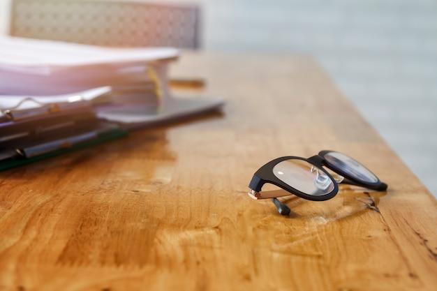 Occhiali da vista e documenti sulla scrivania