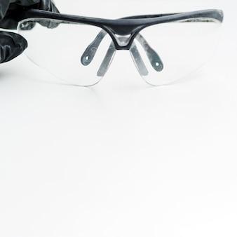 Occhiali di protezione su sfondo bianco