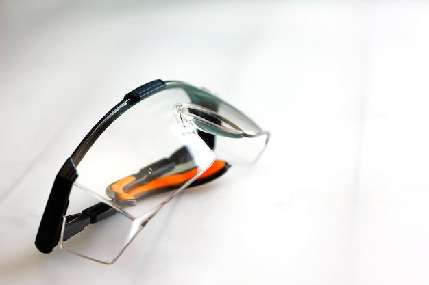 Occhiali di sicurezza su tavola di legno