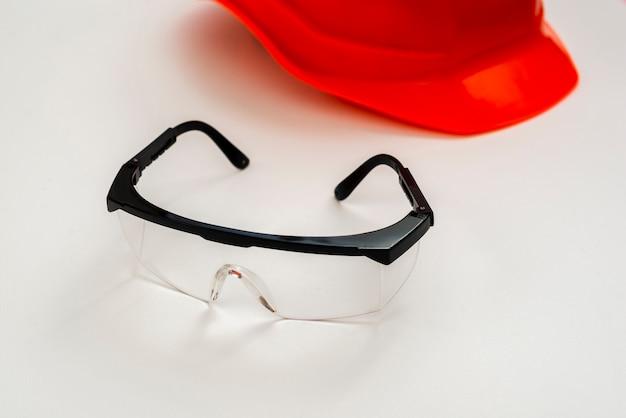 Occhiali e casco di protezione del primo piano