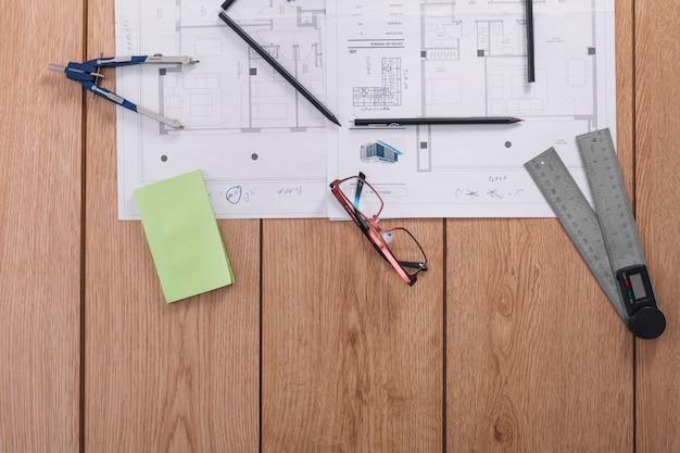 Occhiali e strumenti di misura vicino a progetti