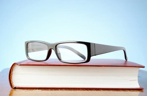 Occhiali e un libro