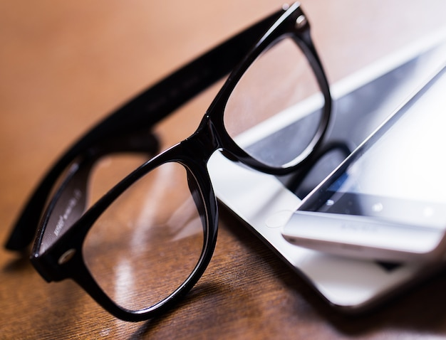 Occhiali e un tablet