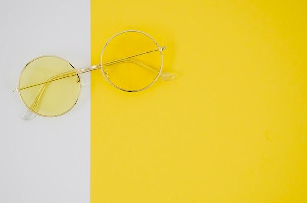 Occhiali moda su sfondo colorato