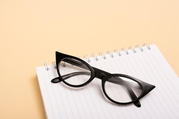 Occhiali ottici del primo piano su un taccuino