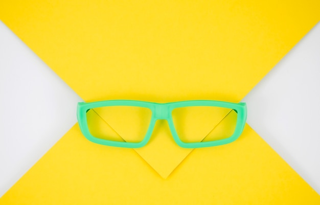 Occhiali per bambini verdi su sfondo colorato