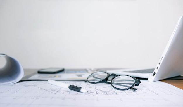 Occhiali per computer e documenti sulla scrivania in ufficio