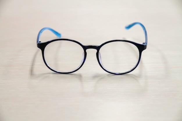 Occhiali posizionati su un tavolo bianco