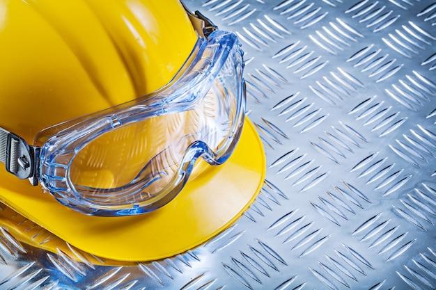 Occhiali protettivi che costruiscono casco sul concetto ondulato della costruzione della lamina di metallo