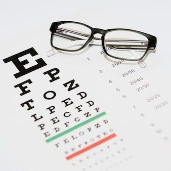 Occhiali ripiegati sul tavolo per controllare l'acuità visiva