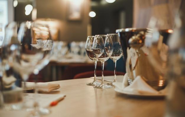 Occhiali sul tavolo per la degustazione di vini.