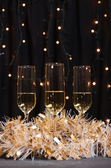 Occhiali vista frontale con champagne per il nuovo anno