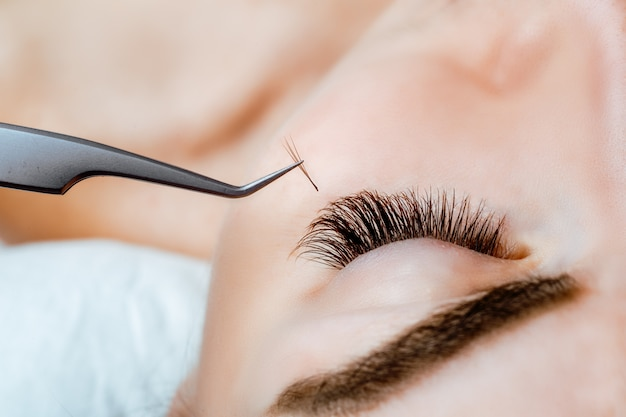 Occhio di donna con lunghe ciglia. estensione ciglia. ciglia, da vicino,