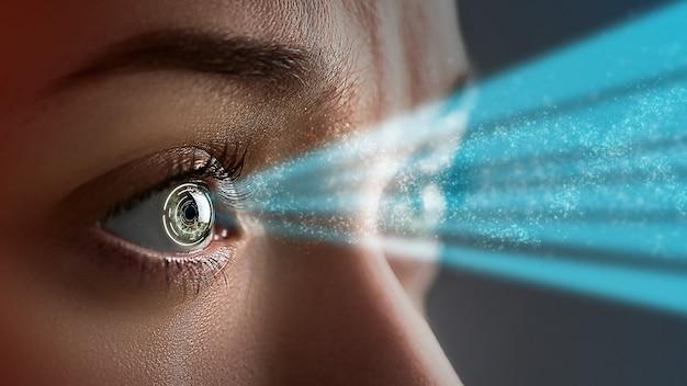 Occhio femminile da vicino con lenti a contatto intelligenti con impianti digitali e biometrici