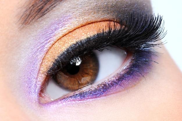 Occhio umano con trucco multicolore di moda