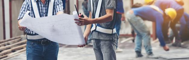 Occupazione di ingegneria del caposquadra del costruttore del lavoratore che lavora con il cantiere
