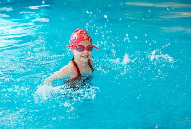 Occupazione nella piscina di bambini con istruttore di nuoto.