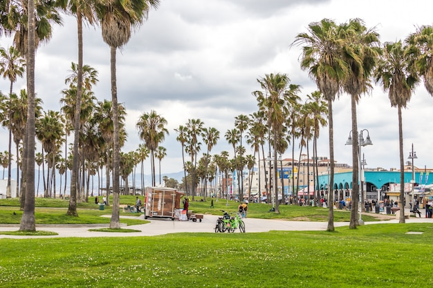 Ocean front walk di venice beach a los angeles, famosa spiaggia della california