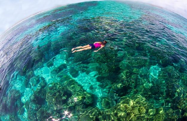 Oceano blu del mare calmo e fondo del cielo blu