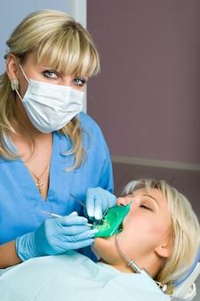 Odontoiatria, medico e paziente, riempimento della cavità dentale