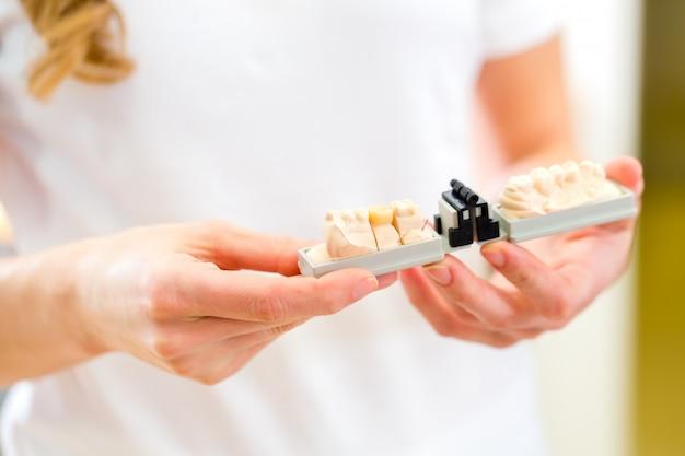 Odontotecnico che controlla protesi dentaria