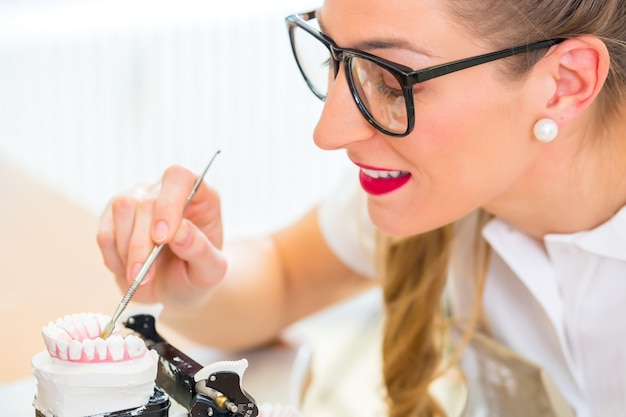 Odontotecnico producendo protesi