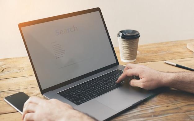 Ðœan cerca lavoro a casa. concetto di ricerca di lavoro