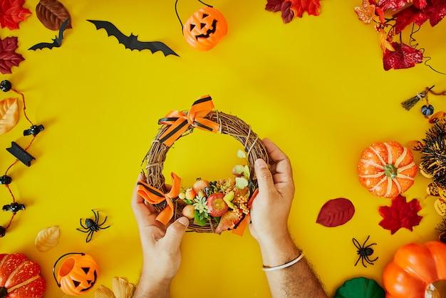Officina di fabbricazione della corona di halloween