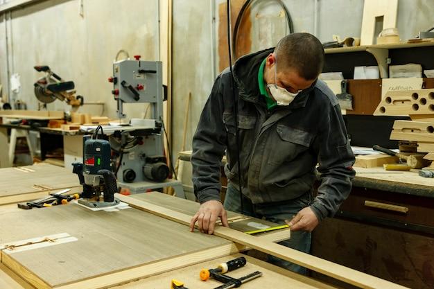 Officina di lavorazione del legno con macchine, strumenti, dispositivi per la lavorazione di prodotti in legno.