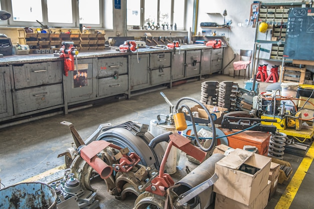 Officina per la riparazione di macchine nel settore tecnologico. macchine utensili