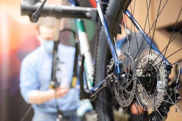 Officina riparazioni biciclette, manutenzione tecnica di una bici.